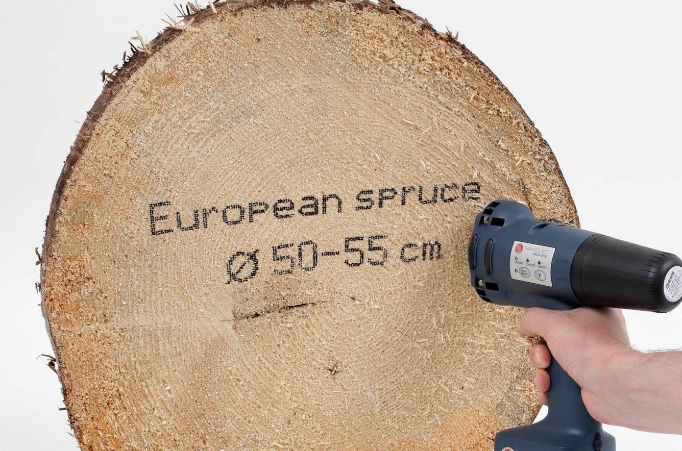Nadruk naciętym drewnie czarnym atramentem uniwersalnym (etanol); duże rolki dystansowe.