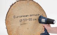 Nadruk na ciętym drewnie czarnym atramentem uniwersalnym (etanol); duże rolki dystansowe.