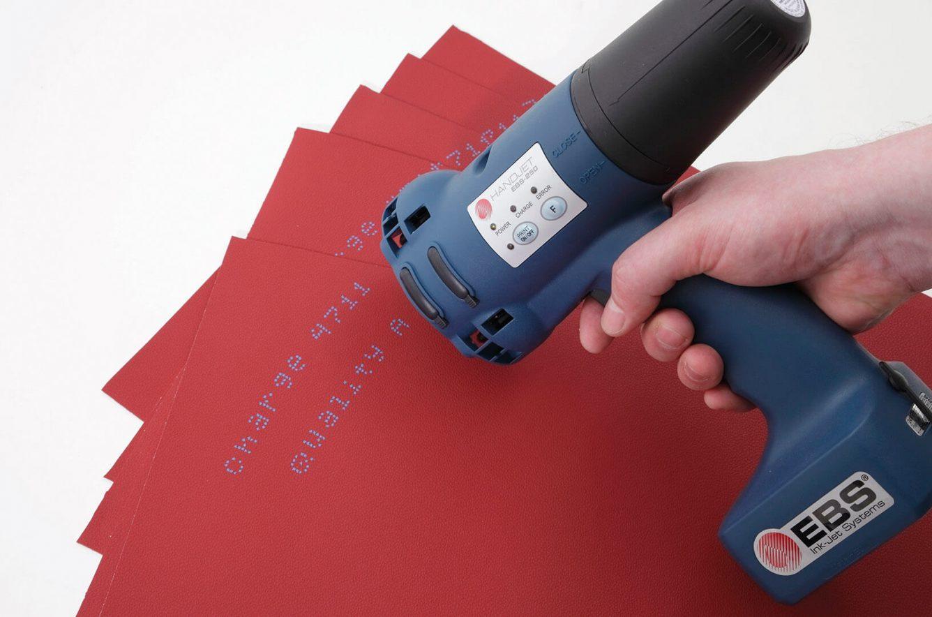 Nadruk naskórze (imitacja) niebieskim atramentem pigmentowym (MEK).