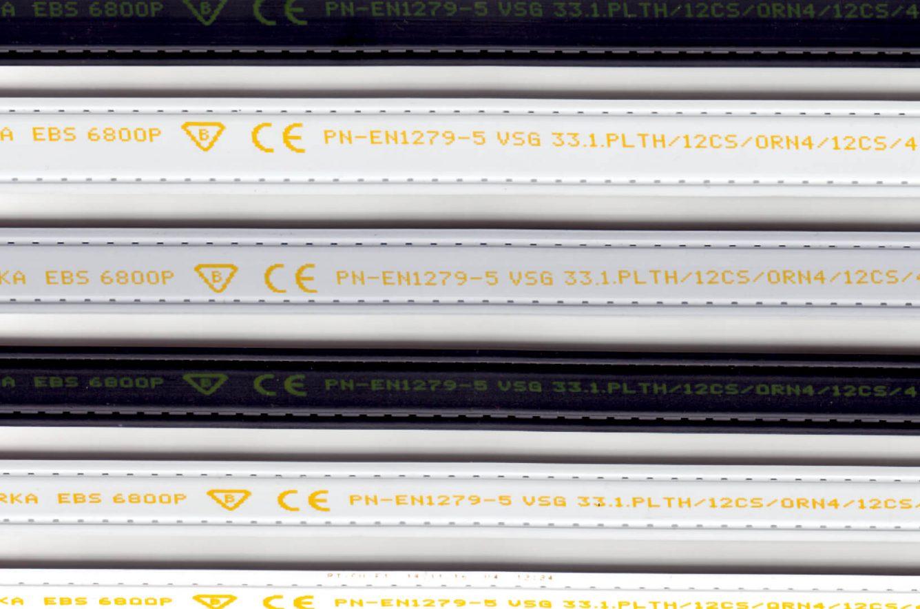 Nadruk żółtym atramentem pigmentowym naościeżnicach okiennych